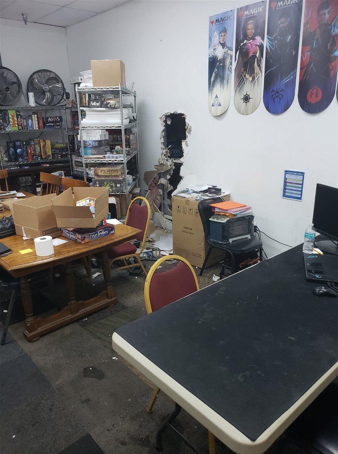 Ladrões roubam 40 mil reais em produtos de loja de Magic
